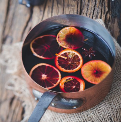 Le vin chaud, la boisson parfumée qui inspire la tendance couleur de cet hiver