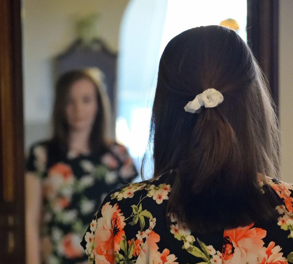 Femme devant miroir