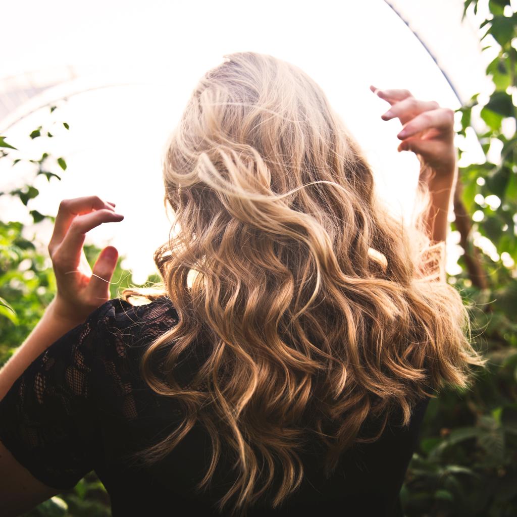 L'éclat du soleil dans votre chevelure avec des nuances de blondeur