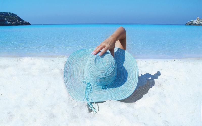 routine capillaire été : porter un chapeau pour protéger les cheveux