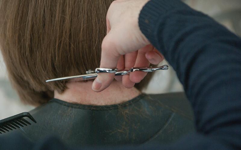 routine capillaire été : couper ses pointes chez le coiffeur